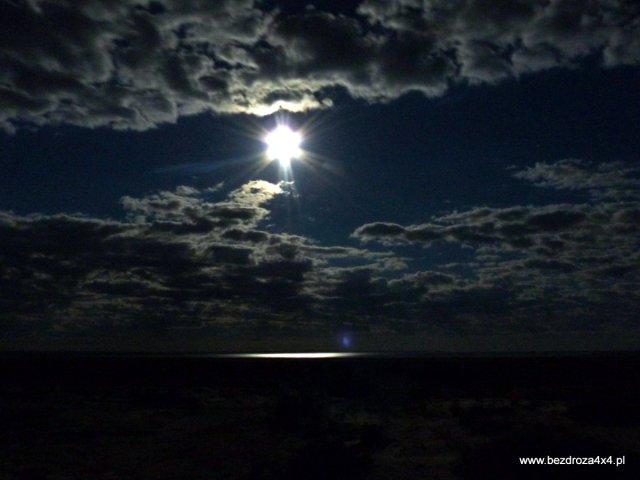 Uwierzycie, że to księżyc? - W tle odbicie na Morzu Aralskim