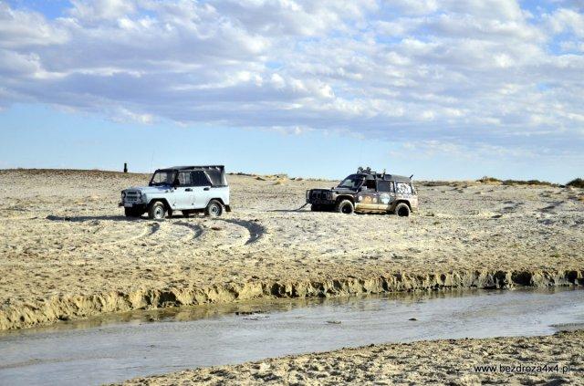 Dno Morza Aralskiego - tak Uaz wyciąga Vampira
