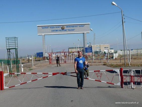 Granica z Chinami - w tle jak zwykle niesforny Wampir