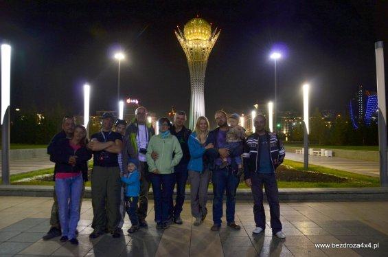Cała ekipa pod wieżą w Astanie
