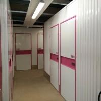 Couloirs avec quelques box de stockage à l'étage