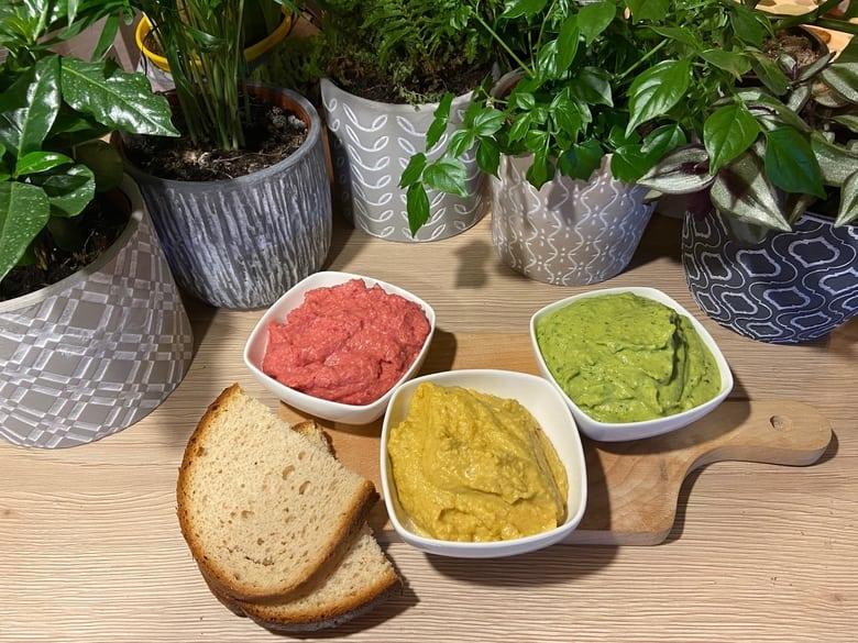 hummusová pomazánka s bezlepkovým chlebom