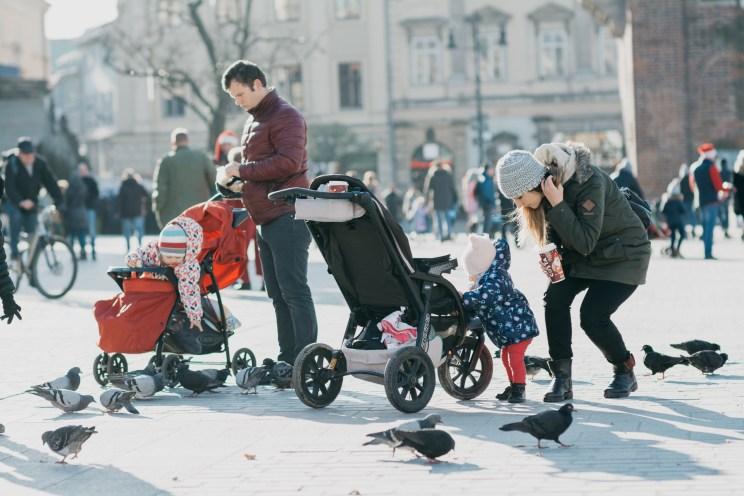 Ada i Beztroska Mama - dokarmianie gołębi na krakowskim rynku