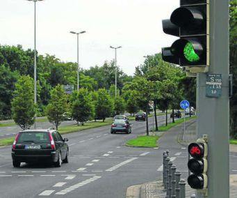 Kreuzung Theodor-Heuss-Straße, Eisenbütteler Straße Autos Grün, Radfahrer Rot