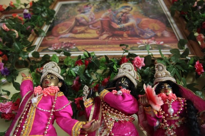 Sri Sri Radha Syamasundara e Sri Gauranga Mahaprabhu