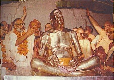 Srila Narayana Gosvami Maharaja instalando o samadhi de Seu amado Srila Prabhupada em Vrindavana