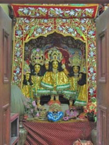 Deidade de Sri Panca-tattva no templo de Yogapitha