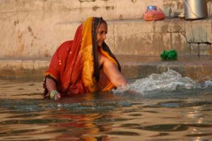 Fé e oração às margens de Ganga Devi