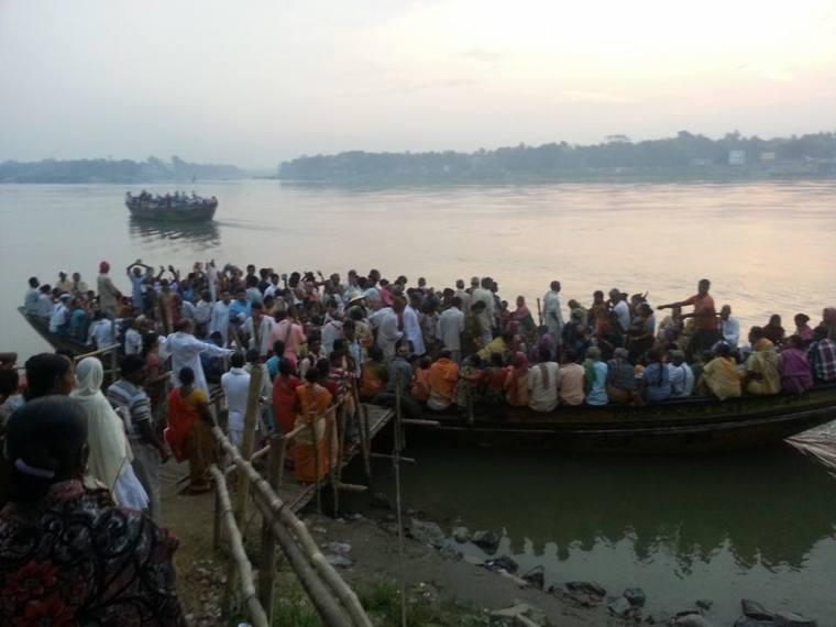 Devotos em peregrinação atravessando o lindo Ganges