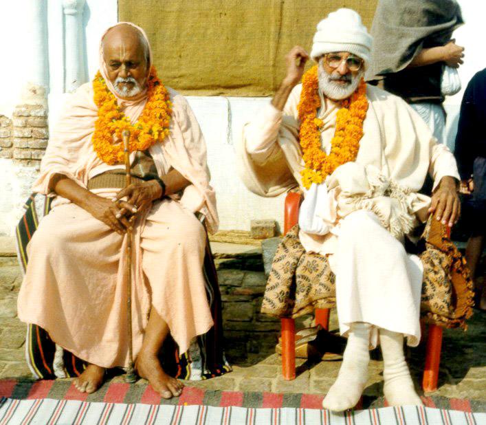 Srila Trivikrama Gosvami Maharaja (à esquerda) e Srila Narayana Gosvami Maharaja