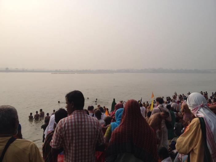 Devotos realizando Sankalpa, no início Parikrama de navadvipa dhama 2015