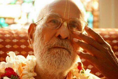 Da mesma forma, o devoto teme a companhia de um desfrutador dos sentidos, pois isso pode perturbar seu sadhana-bhajana. Entretanto, agimos como desfrutadores dos sentidos devido a nossa avidez por riqueza, reputação e posição de destaque.