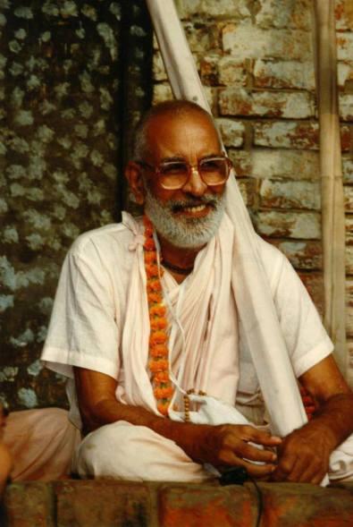 Srila Rupa Gosvami sempre fora especialmente afeiçoado por ele e tratava-o como se fosse seu próprio filho. Quando Jiva ainda era muito jovem, Srila Rupa Gosvami o levou até Mahaprabhu, que o abençoou, colocando a mão sobre a cabeça.