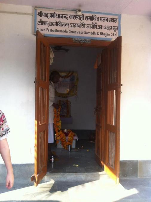 Śrī Prabodhānanda Sarasvatī's bhajana-kuṭī & samādhi