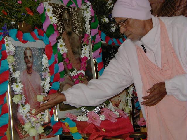 Como hoje é o dia do desaparecimento de nosso Guru Maharaja, estou me lembrando de todos os seus passatempos, desde o início - como ele pregou para o mundo inteiro, como ele era o mais querido de seu Gurudeva, e como ele deu tudo que tinha, nunca mantendo nada para si mesmo.