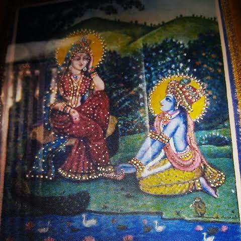 No templo antigo, nas margens do Mana-Sarovara, uma pintura de Sri Krsna é adorada, na qual Ele está ofertando Sua flauta e sua cabeça aos pés de lótus de Srimati Radhika, se empenhando para quebrar seu mana