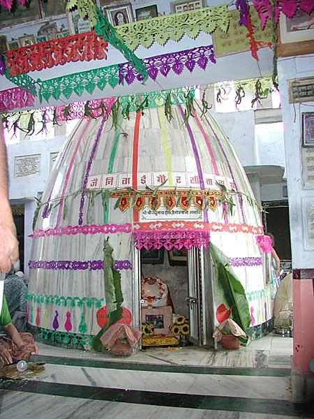 Samadhi de Srila Raghunata Dasa no Radha-kunda, Vrindavana.
