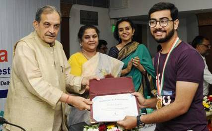 #MyLOVESTEELidea  Winners of Contest on Start-Up India felicitated Steel Minister #StartupIndia