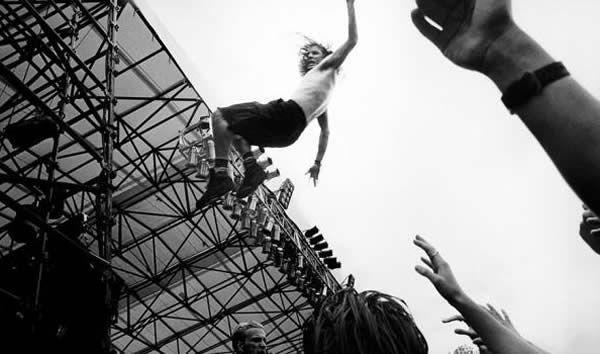 Pearl-Jam-Eddie-Vedder-stage-dive