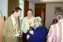 Bürgermeister Häuser überreicht unseren Helfern Rosen zum 10-jährigen Vereinsjubiläum
