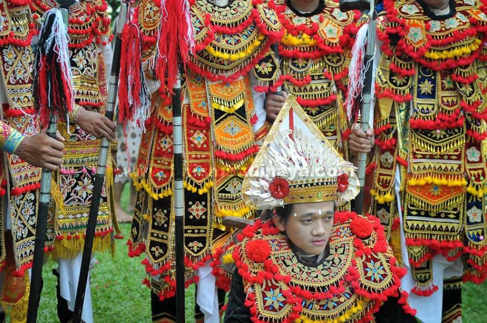 Penari Tari Baris Gede bersiap untuk melakukan pentas pada acara Pujawali Pura Agung Jagatkartta