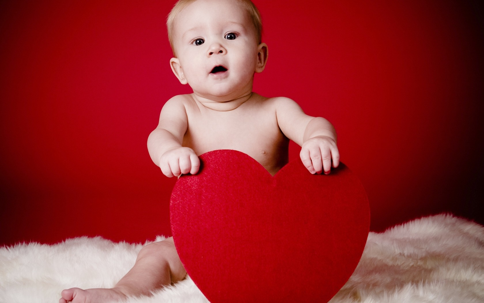 baby holding a red heart wallpapers - 1680x1050 - 198238