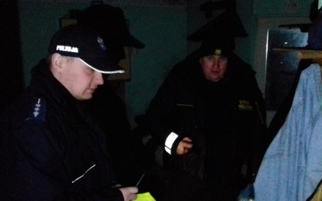Policjanci i strażnicy miejscy rozwozili ciepłe posiłki