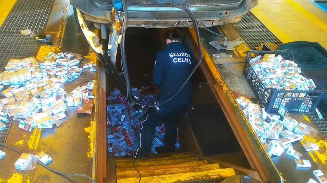 Ford Mondeo zatrzymany z prawie 250 kartonami papierosów