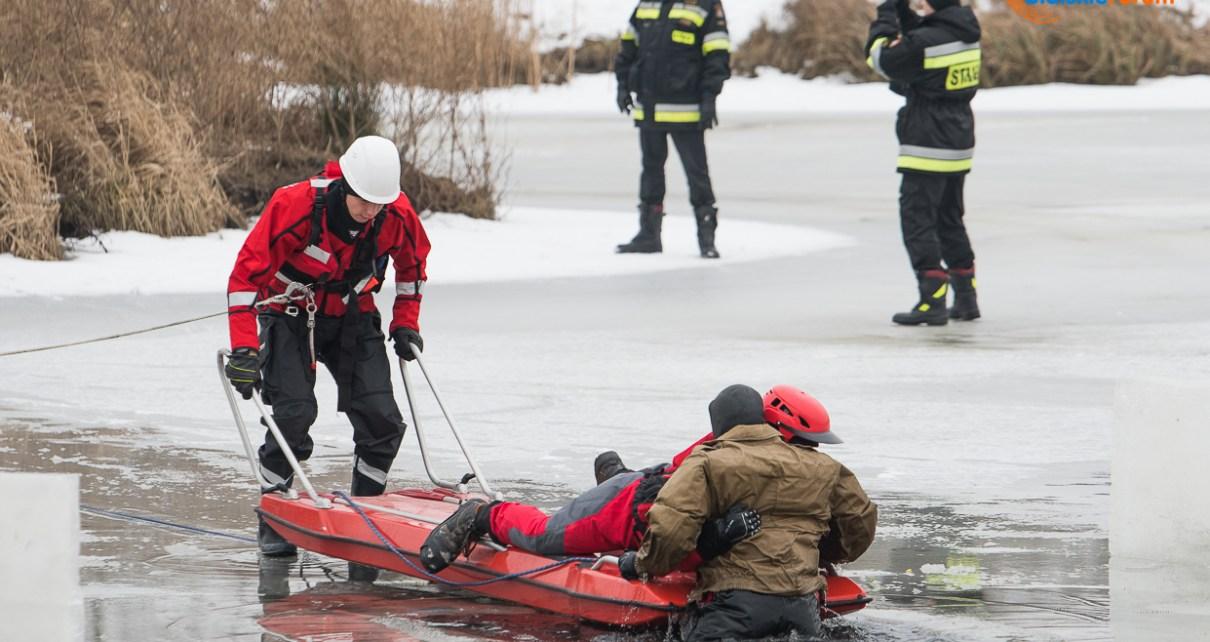 Pokaz ratownictwa lodowego w wykonaniu bialskiej Jednostki Ratowniczo-Gaśniczej