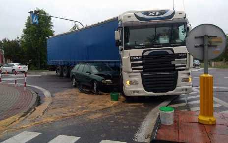 Wypadek w Krzewicy - osobówką uderzył w skręcającą ciężarówkę