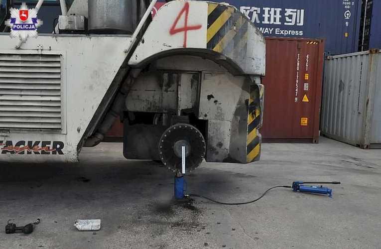Urwane elementy koła siłą wyrzutu zabiły mechanika