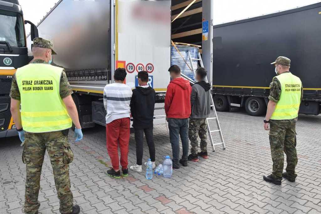 Pomylili ciężarówki - zamiast do Francji dotarli do Polski