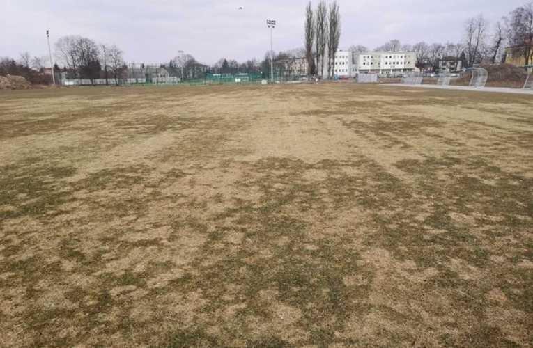 Biała Samorządowa pyta co ze stadionem i murawą