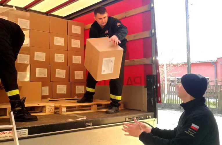 Strażacy przywieźli maseczki dla mieszkańców