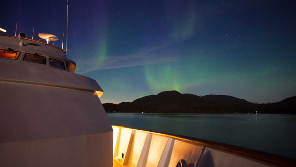 Noorderlicht vanaf een cruiseschip bij Alaska