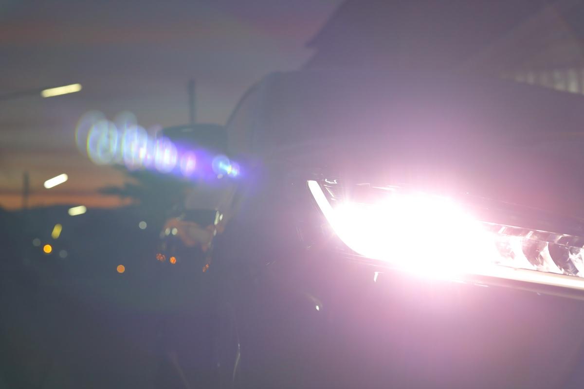 grootlicht van een auto dat uitstraalt