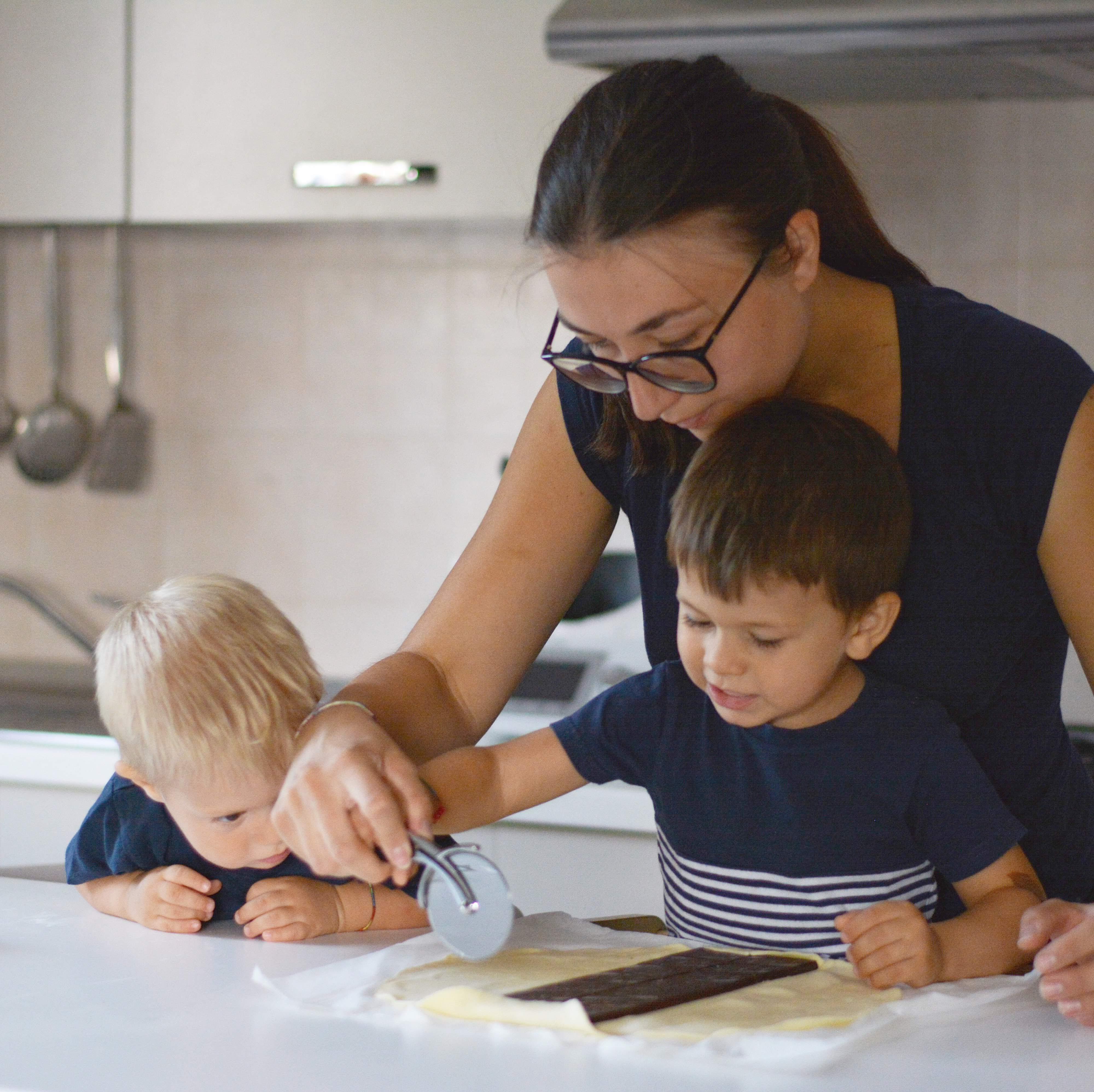 Attività madre figlio montessori in cucina