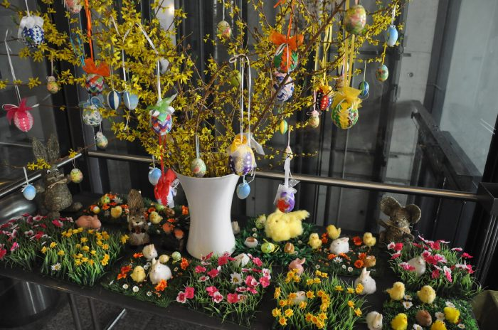Œufs et lapins à profusion dans le hall d'une église Evangélique...