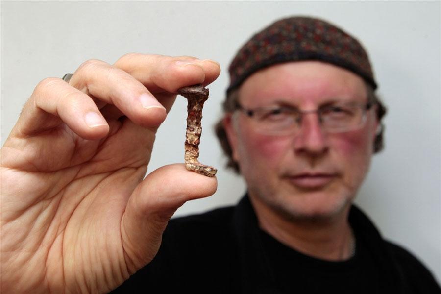 """Simcha Jacobovici tenant l'un des clous et auteur d'un film documentaire """"les clous de la croix""""   présenté à l'université de Tel-Aviv le 6 Avril 2011"""