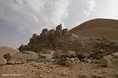 Nemrut Dag, East Terrace, estatuas y túmulos