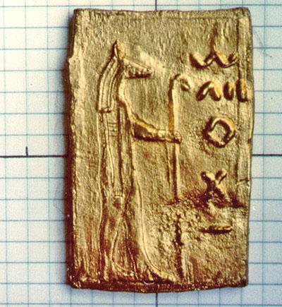 Tablilla de oro que claramente muestra una imagen inspirada en la cultura egipcia.