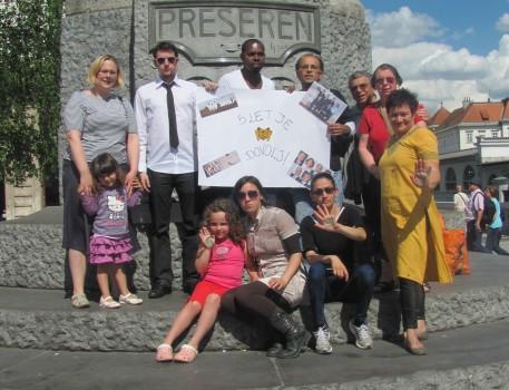 به مناسبت کمپین «پنج سال بیدادگری»، اعضای جامعه بهایی اسلوونی در میدان پریسرن (Prešeren Square ) در لیوبلیانا گرد هم آمدند