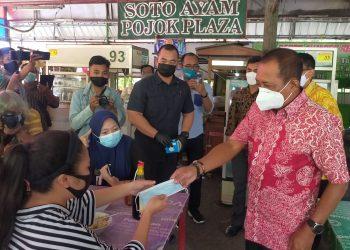 Wawali Surabaya, Armudji di sela tinjauannya ke SWK RMI sembari membagikan masker kepada pengunjung /foto: Bicara Surabaya
