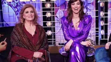"""Venus Club, un critico attacca: """"Brutto, volgare, inutile, inginocchiato a Maria De Filippi"""" – Iva Zanicchi replica"""