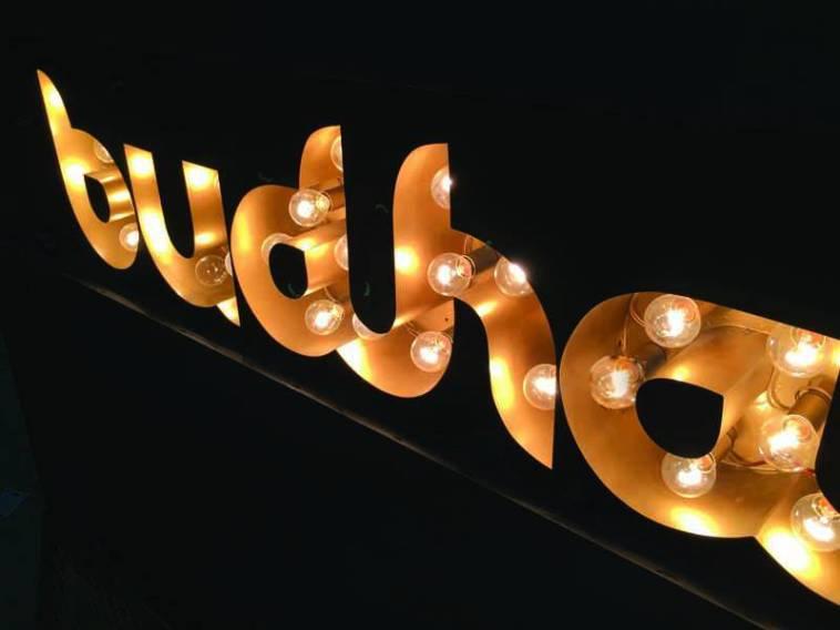 Logos y letras recortadas con luz directa e Indirecta 11