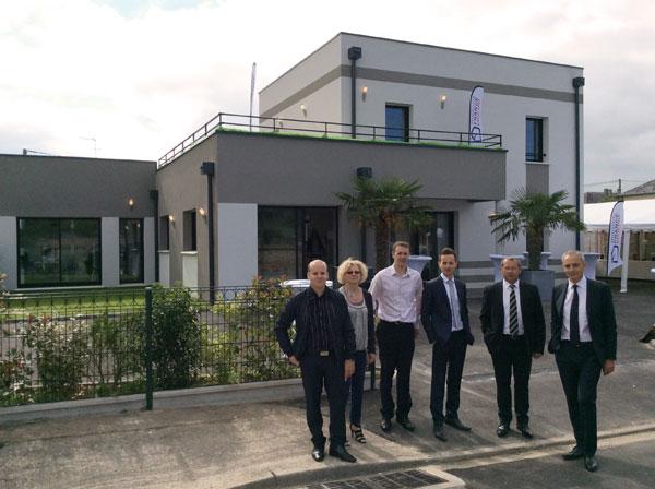 L'Equipe de Maisons France-Confort devant la nouvelle maison témoin à Gravigny
