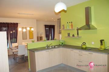 La cuisine ouverte, fonctionnelle, éclairée par la lumière naturelle