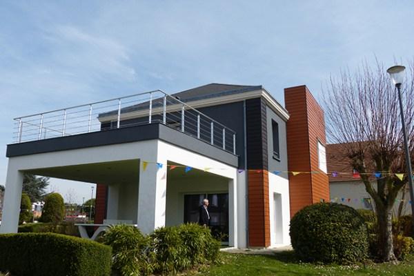 Vue de côté, sur la terrasse en hauteur et la terrasse protégée en-dessous