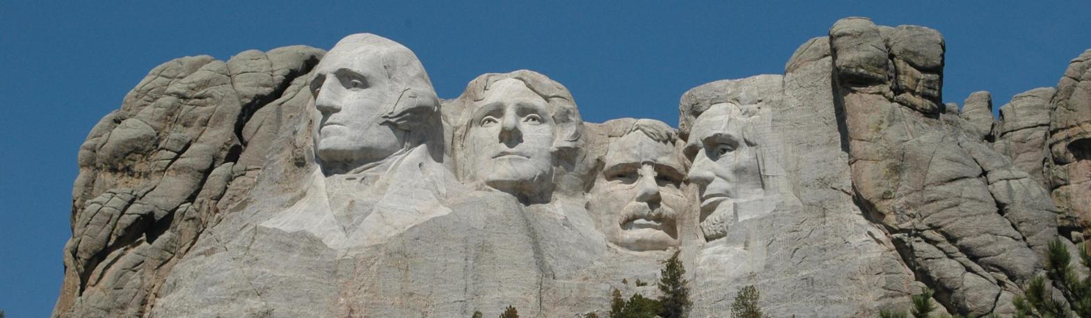 Berg met hoofden van presidenten uitgehakt in de rotsen