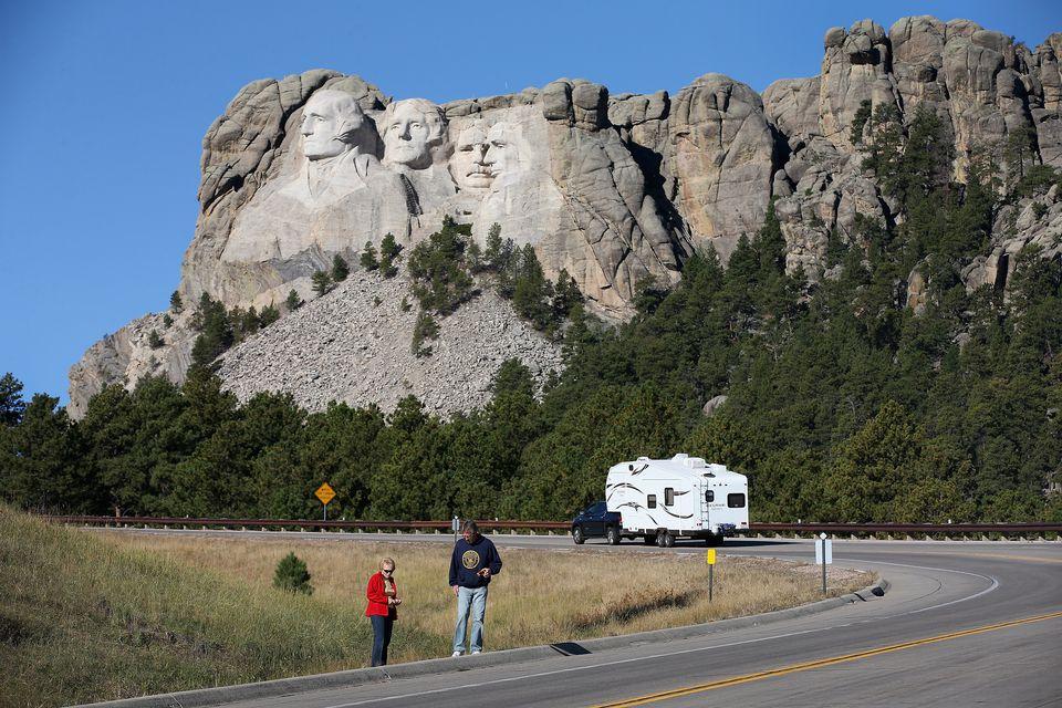 Weg met camper, op de achtergrond Mount Rushmore